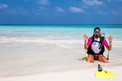 佩戴水肺的潜水齿轮的妇女在海滩 图库摄影
