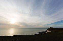 佳丽在象海滨头七姐妹峭壁的兜售者灯塔在太阳 免版税库存照片