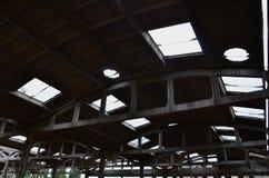 使一个被放弃的工业飞机棚环境美化的图象有一个损坏的屋顶的 在广角的照片len 免版税库存照片