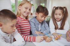 使一致在艺术课的小组逗人喜爱的小孩 库存照片