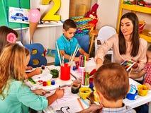 使一致的孩子绘和 工艺教训在小学 图库摄影