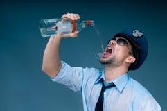 使上瘾对酒精警察 库存图片