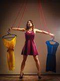 使上瘾对购物的妇女,在串的牵线木偶 免版税库存图片