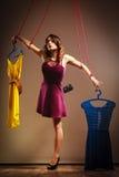 使上瘾对购物的妇女,在串的牵线木偶 库存图片