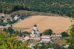使与卡普里亚纳修道院和村庄的看法环境美化 库存照片