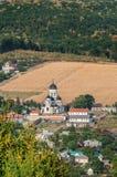 使与卡普里亚纳修道院和村庄的看法环境美化 免版税库存图片