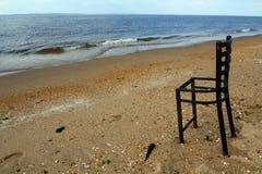 使与奇怪的椅子的水靠岸在新泽西海滩 库存图片