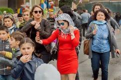 使与手机的妇女selfie在走的人人群室外 免版税库存图片