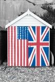 使与星条旗和英国国旗pa的小屋靠岸 免版税库存图片