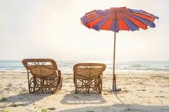 使与沙滩伞的床靠岸, repared为了客人能晒日光浴 免版税库存照片