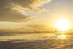 使与渔夫剪影-西开普省,南非的日落靠岸 库存照片
