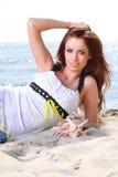 使享用夏天星期日沙子的节假日妇女靠岸看起来愉快 免版税库存图片