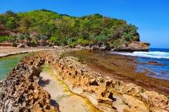 使从海海浪分离的盐水湖靠岸由礁石障碍 库存图片