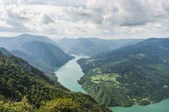 使从Banjska斯特纳的看法环境美化德里纳河河、山、水坝和borde的 库存图片
