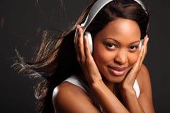 使佩带的妇女震惊的黑色愉快的耳机 免版税库存照片