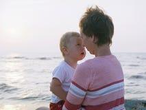 使儿童母亲靠岸 库存照片