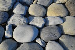 水使光滑的圆的岩石 免版税库存图片