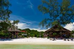 使公园树酒吧和Octopussy酒吧靠岸在美丽的热带海滩 免版税库存图片
