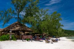 使公园树酒吧靠岸在美丽的热带海滩 免版税库存图片