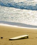 使冲浪板靠岸 冲浪 免版税库存照片