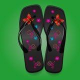 使凉鞋,与一个明亮的样式的黑触发器靠岸在绿色b 免版税库存图片