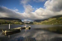 使划艇环境美化的图象在Llyn Nantlle的在Snowdonia在 免版税库存图片