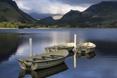 使划艇环境美化的图象在Llyn Nantlle的在Snowdonia在 库存照片