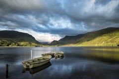 使划艇环境美化的图象在Llyn Nantlle的在Snowdonia在 免版税库存照片