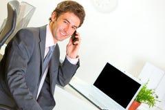 使办公室电话的生意人购买权成功 库存照片