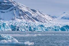 使卑尔根群岛朗伊尔城斯瓦尔巴特群岛北冰洋冬天极性天日落天空冰川山环境美化的冰本质  库存照片