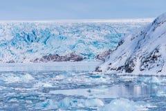 使卑尔根群岛朗伊尔城斯瓦尔巴特群岛北冰洋冬天极性天日落天空冰川山环境美化的冰本质  免版税库存图片
