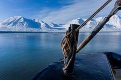 使卑尔根群岛朗伊尔城斯瓦尔巴特群岛北冰洋冬天极性天日落山环境美化的本质  免版税库存照片