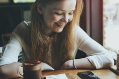 使变冷的餐馆放松社会网络概念 图库摄影