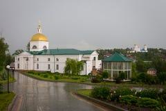 使变暗的背景的女修道院在雨以后的天空 库存照片
