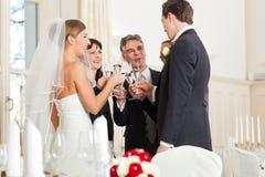 使叮当响的玻璃当事人婚礼 免版税库存图片