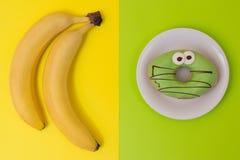 使吃不健康的营养概念挨饿的快速的破烂物 肥胖病的概念在孩子中的 不健康的生活方式 选择f什么 免版税库存图片