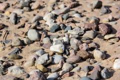使含沙石头靠岸 免版税库存图片
