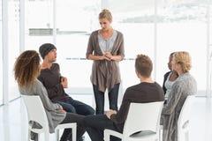 使听妇女的小组恢复原状站立自我介绍 免版税库存图片