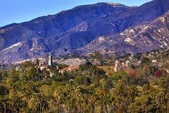使命圣塔巴巴拉山棕榈树加利福尼亚 免版税库存照片