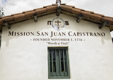 使命在入口的圣胡安卡皮斯特拉努标志对庭院 免版税图库摄影