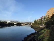 使命小河海岸线标示用大厦和高速公路goin 免版税库存图片