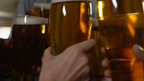 使啤酒杯,假日庆祝,统一性叮当响的朋友公司  股票录像
