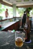 使啤酒靠岸 免版税图库摄影