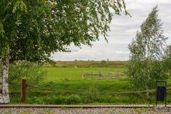 使土气木操刀附寄的农厂牧场地环境美化的图片 免版税库存照片