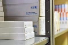 使在一个架子的箱子服麻醉剂在药房 医学和维生素商店  背景在药房和健康生活方式的待售 免版税图库摄影