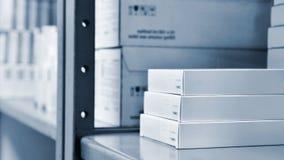 使在一个架子的箱子服麻醉剂在药房 医学和维生素商店  背景在药房和健康生活方式的待售 库存图片