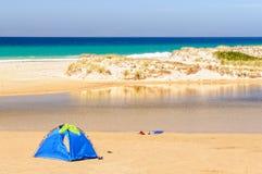使在一点海滩的帐篷-盐水湖链子靠岸  库存图片