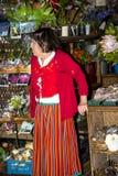 使在传统服装的持有人失去作用在梅尔卡多dos Lavradores或市场工作者 免版税库存照片