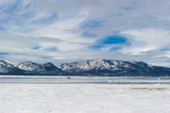 使在冬天季节的湖视图靠岸与雪和鸟 库存照片