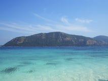 使在掌上型计算机沙子场面夏天树型视图白色的美好的梦想本质靠岸 美丽在白色沙子海滩 夏天自然视图 库存照片
